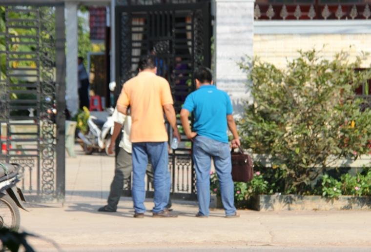 Công an tiến hành khám nghiệm hiện trường trước nhà ông Nguyễn Văn Út.