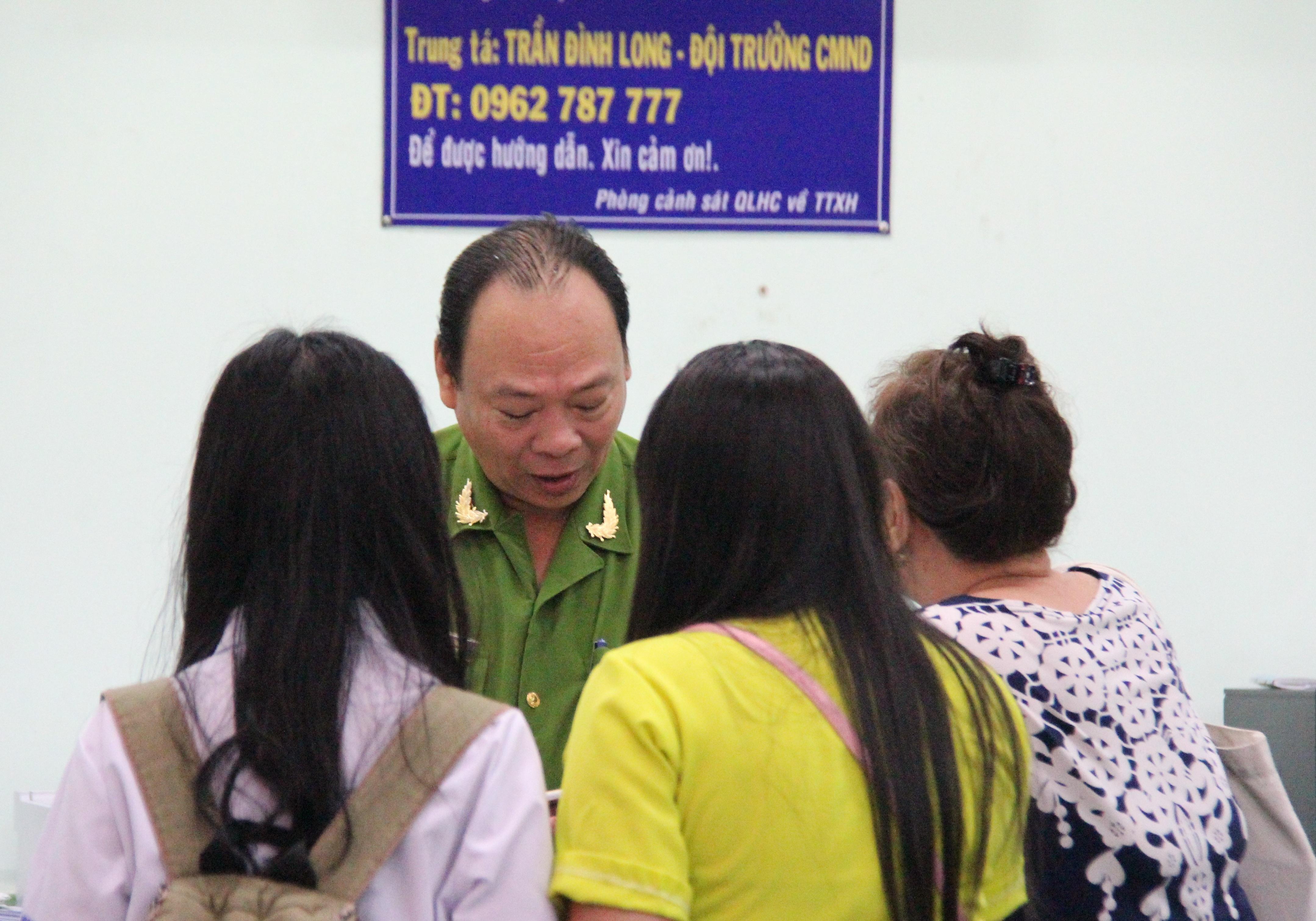 Trung tá Trần Đình Long có mặt trực tiếp từ sáng sớm để cùng cán bộ, chiến sĩ tiếp nhận hồ sơ cấp đổi CCCD cho người dân.