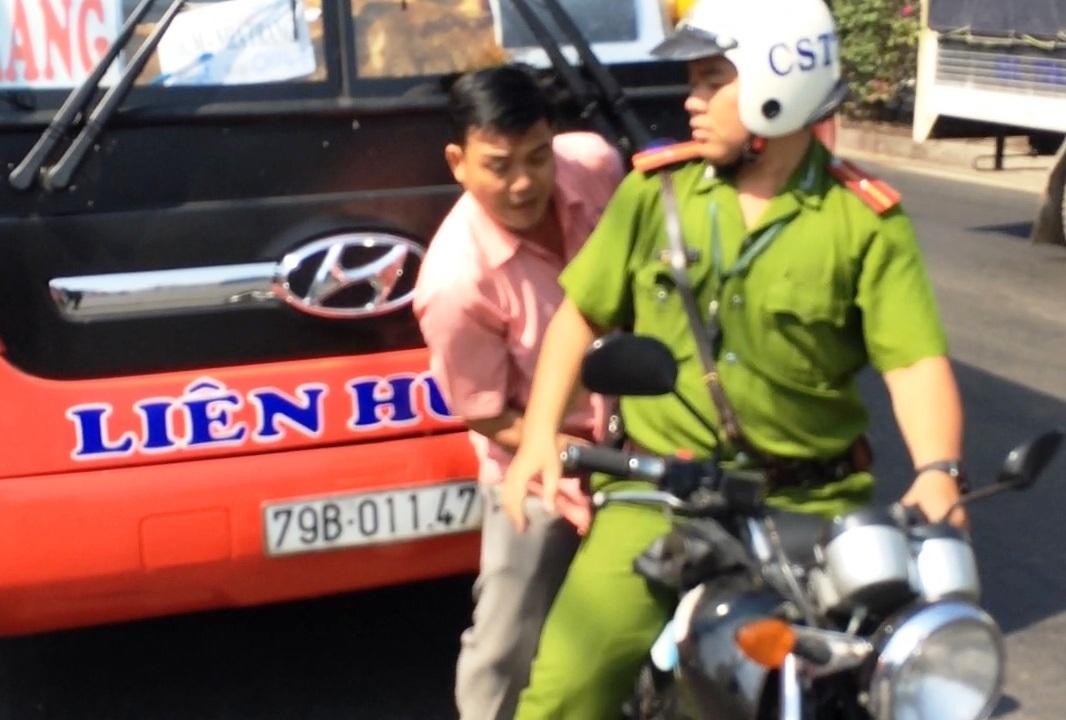 Hình ảnh (cắt lại từ clip) diễn biến vụ giằng co giữa CSTT Công an quận Thủ Đức và tài xế, phụ xe khách xảy ra trên QL1 sáng 29/1