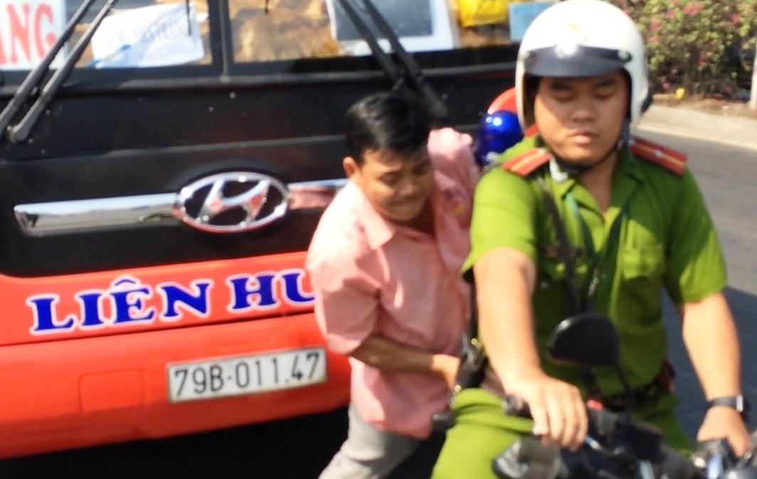 Giằng co với tài xế, cảnh sát nổ 3 phát súng gây náo loạn quốc lộ - 2