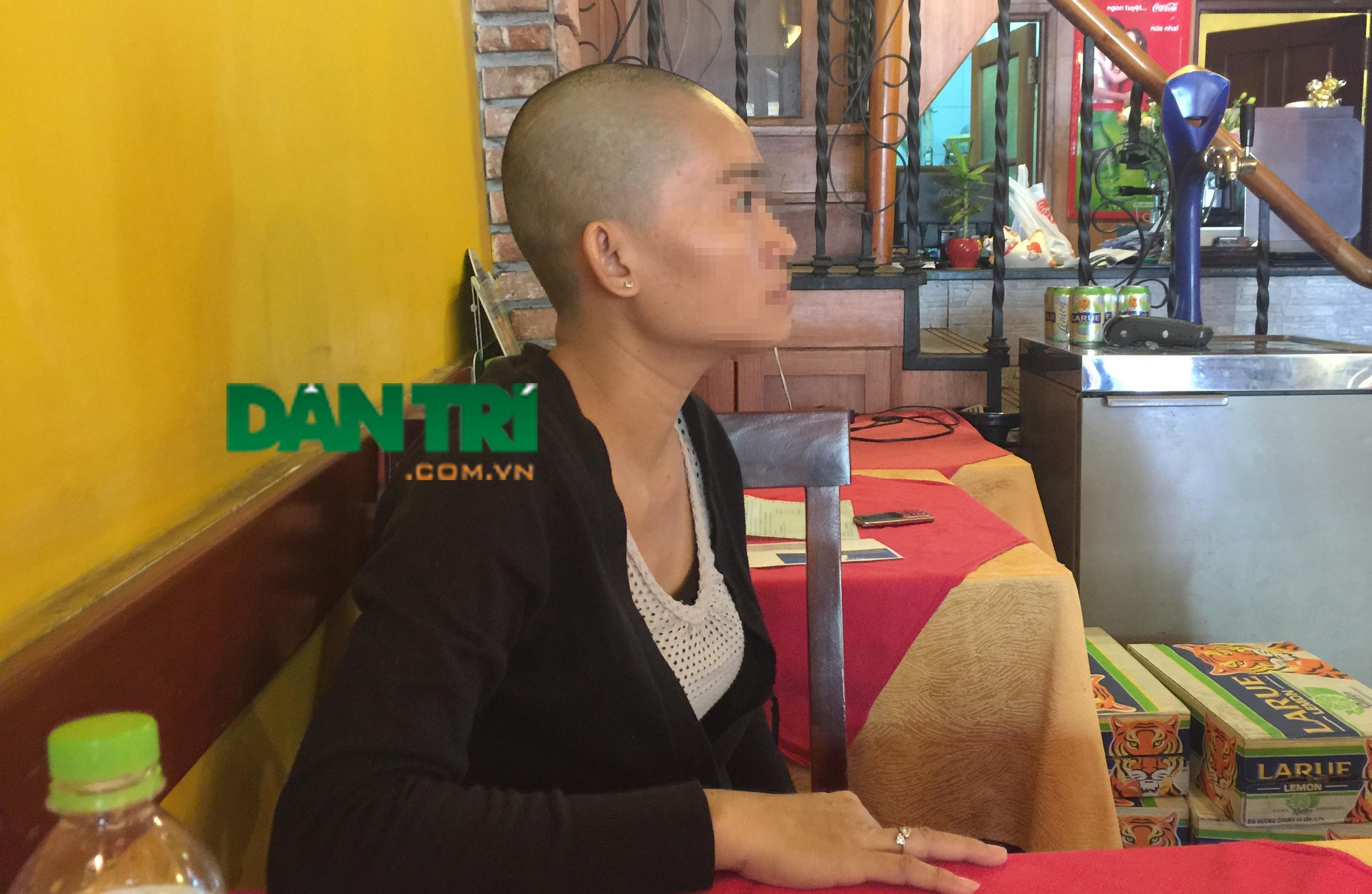 Chị P. xuống tóc tạ ơn trời Phật vì con gái thoát khỏi tay kẻ nghi là bắt cóc.