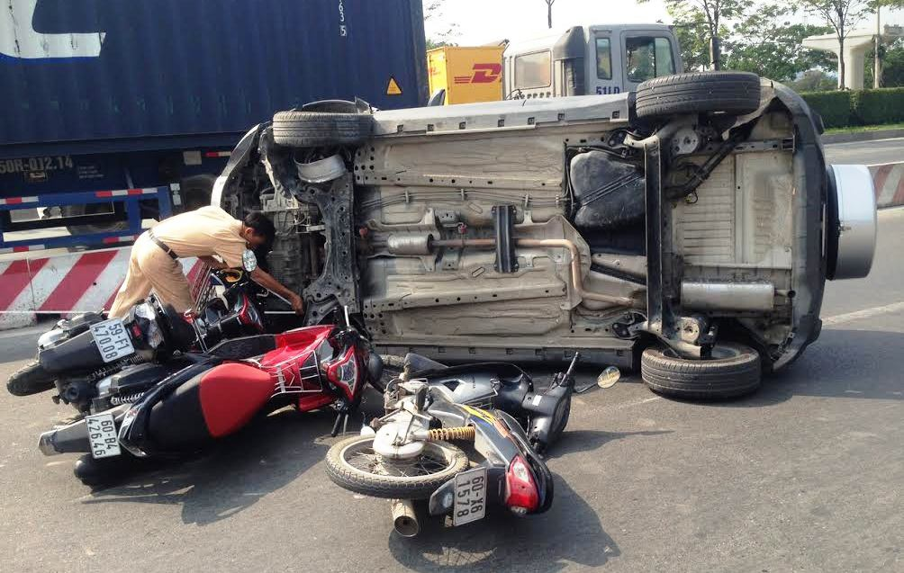 Nhiều người điều khiển xe máy đã không kịp xử lý lao vào chiếc ôtô lật giữa đường. Rất may sự cố không gây hậu quả nghiêm trọng.