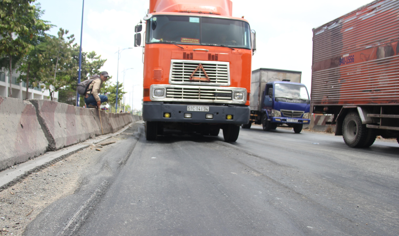 """Kinh hãi nhìn xe container """"nhấc bánh"""" trên đường vào cảng Cát Lái - 2"""