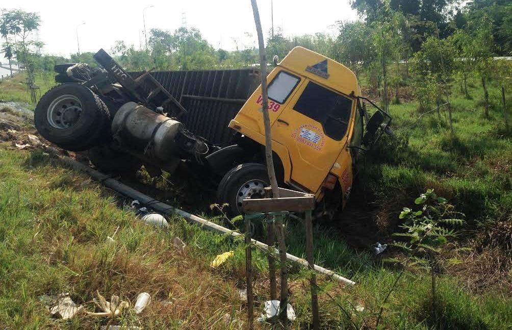 Chiếc xe đầu kéo được cho là do tài xế buồn ngủ điều khiển gây tai nạn trên đường vành đai phía Đông, quận 2.