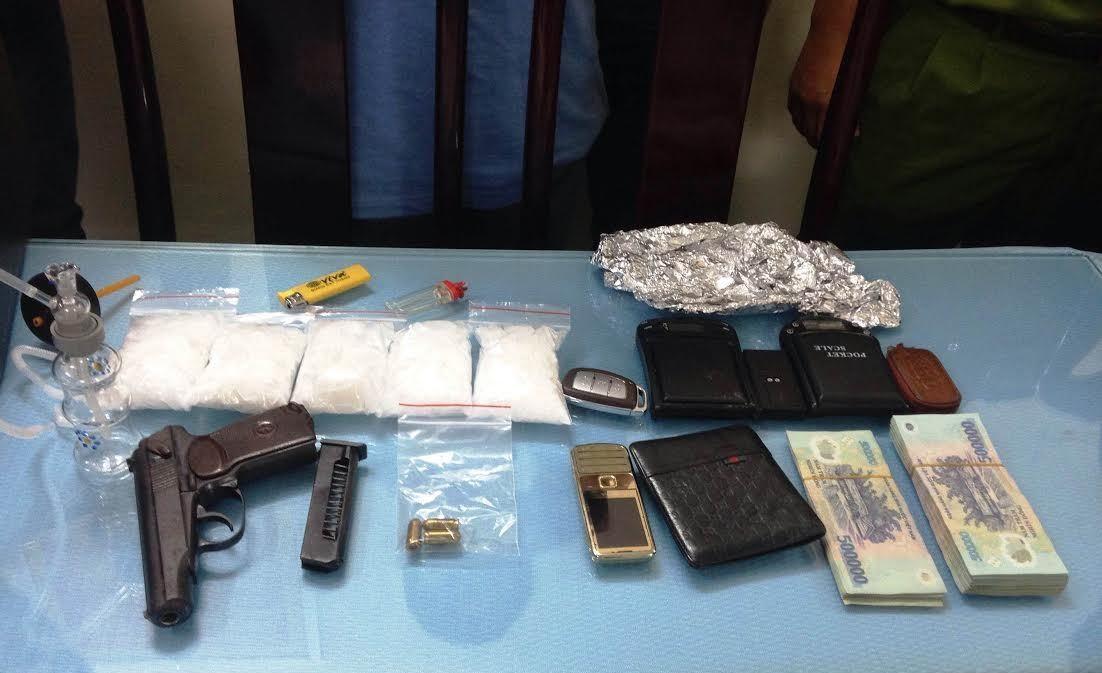 Khẩu súng K59, 3 viên đạn và số tang vật gần 1kg ma tuý đá, dụng cụ phân ma tuý để bán