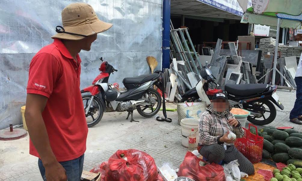 Khi đối tượng giả công an phường đang đến hạch sách, thu tiền của những người bán hàng rong trên vỉa hè đường Nguyễn Hữu Thọ, quận 7 này thì anh Th. xuất hiện truy hô bắt kẻ lừa đảo.