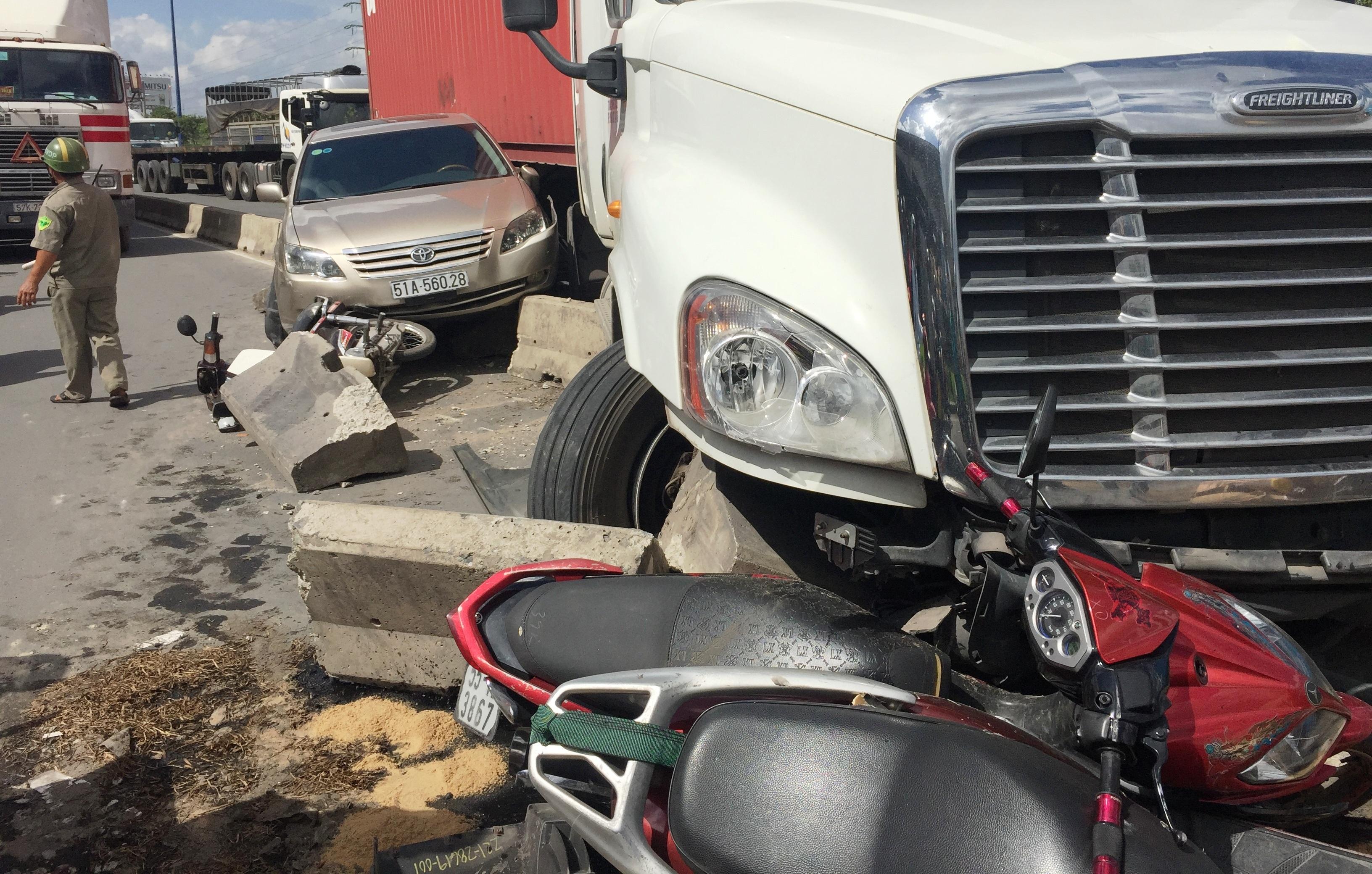 Chiếc xe đầu kéo container được cho là nổ vỏ trước gây tai nạn liên hoàn trên XLHN