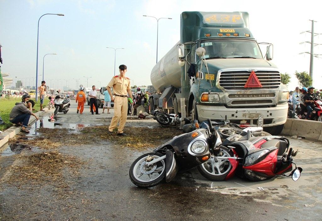 Hiện trường vụ tai nạn xe bồn đâm hàng loạt xe máy cũng tại vị trí nói trên vào sáng 25/12/2015