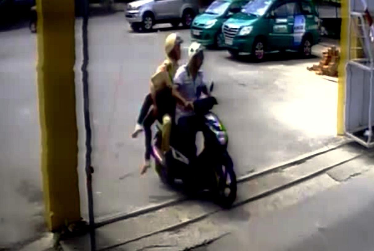 Trung uý CSGT CSGT Nguyễn Thanh Cảnh cùng người đi đường khẩn trương dùng xe máy đưa cô gái vào bệnh viện cấp cứu. Tuy nhiên do thương tích quá nặng, nạn nhân đã tử vong trên đường đi.