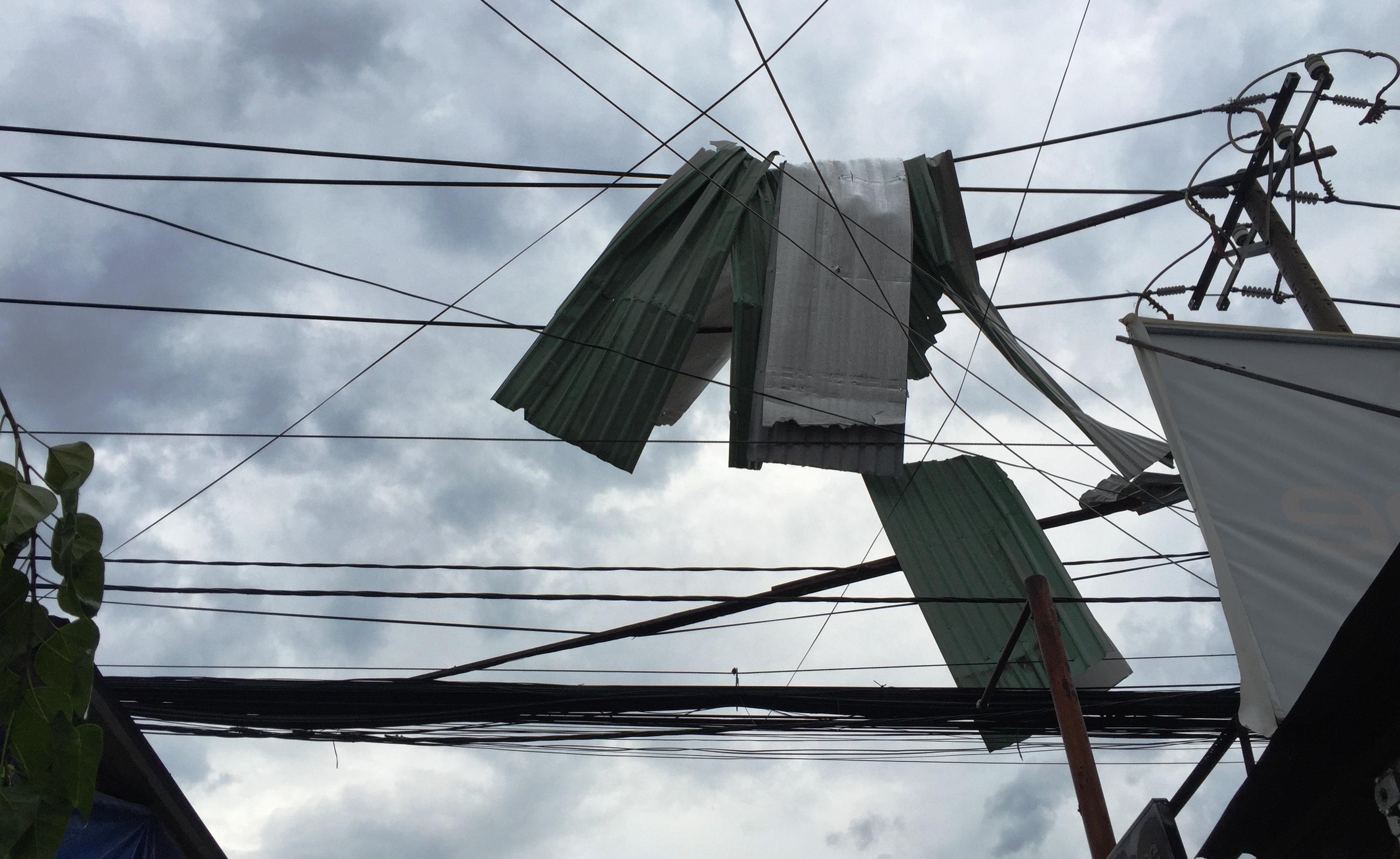 Thiên tai cùng lúc xảy ra gây thiệt hại nhiều căn nhà trên địa bàn quận 9, TPHCM.