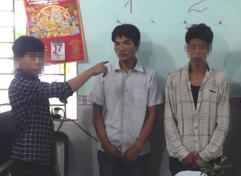 Đối tượng Phạm Văn Nhỏ (đứng giữa) và 2 đồng phạm liên quan đến vụ tống tiền trụ trì chùa trên địa bàn huyện Nhà Bè, TPHCM.