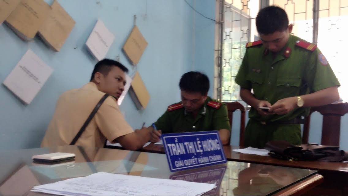 CSGT Đội TTDĐ TPHCM đang bàn giao tội phạm cho công an xử lý.