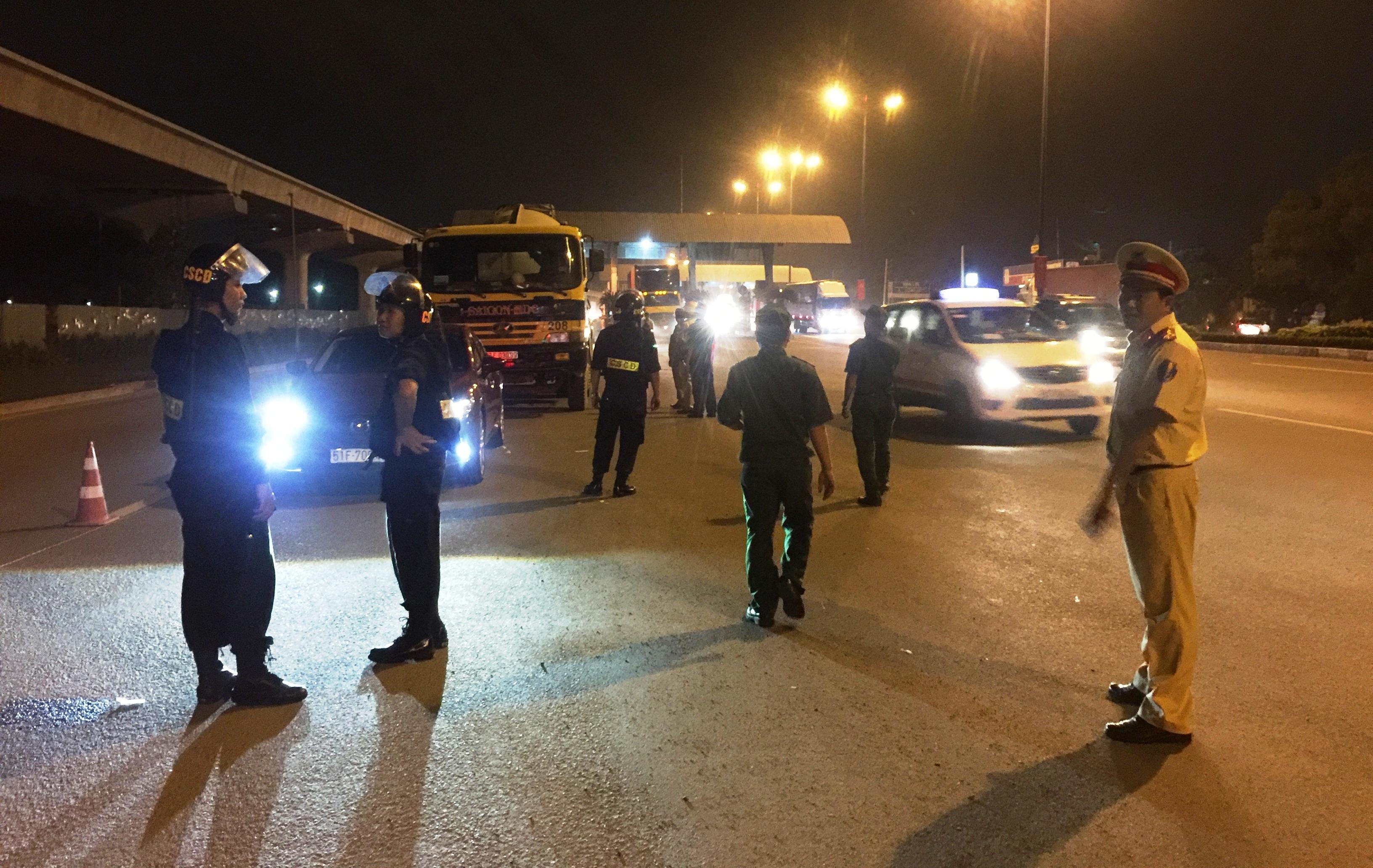 Lực lượng CSGT tổ chức kiểm tra, xử lý vi phạm nồng độ cồn đối với ôtô, xe tải... ở cửa ngõ TPHCM tối 23/8.