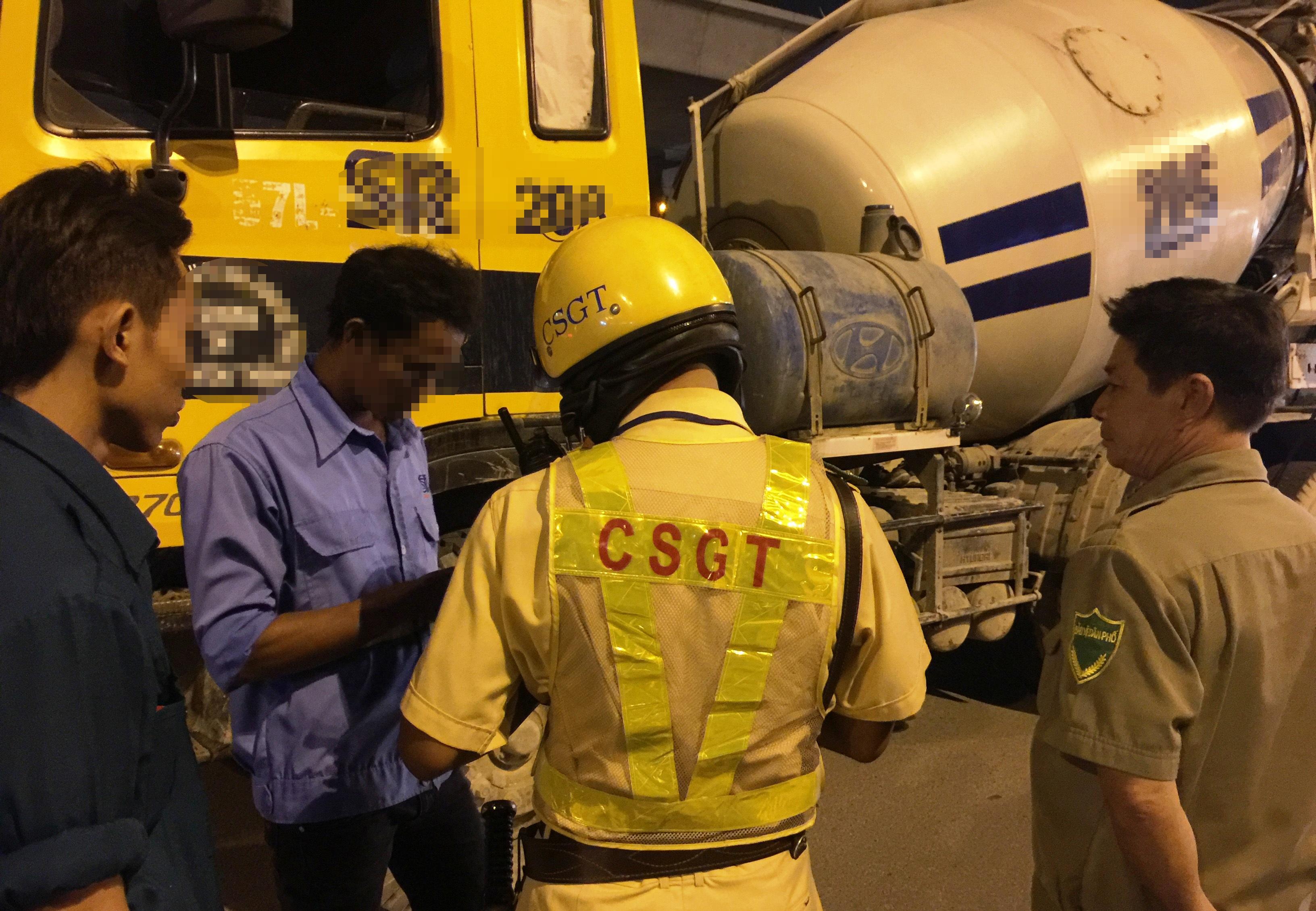 Tài xế Ngô T. L. (áo xanh, đứng giữa) điều khiển xe bồn chở đầy bê tông nhưng trong hơi thở có nồng độ cồn lên đến 0,297 miligam/lit khí thở.