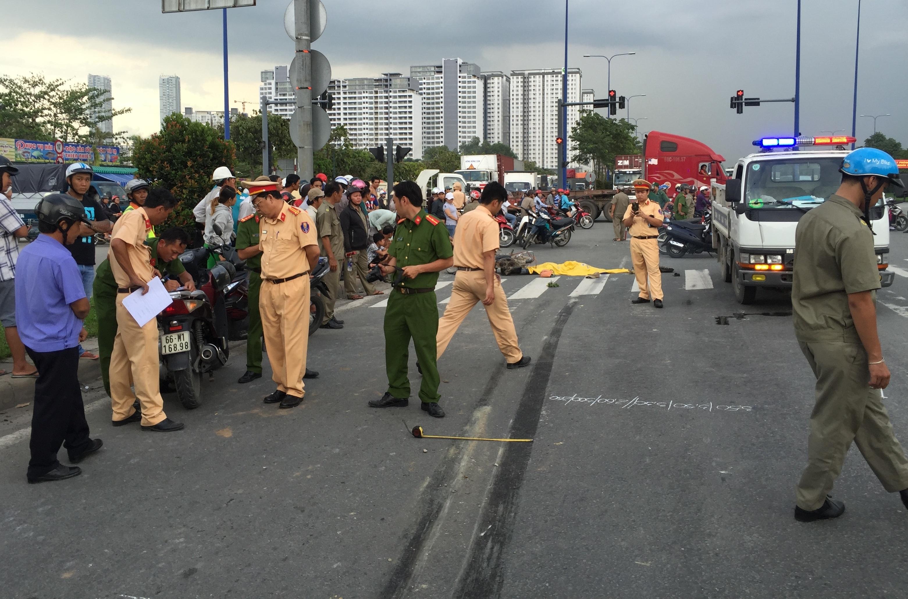 Lực lượng công an đang tiến hành khám nghiệm hiện trường vụ tai nạn.