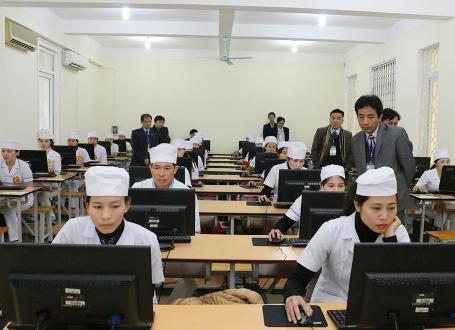 Các thí sinh đang tham gia phần thi lý thuyết trên máy vi tính và kỹ năng thực hành tiêm chủng