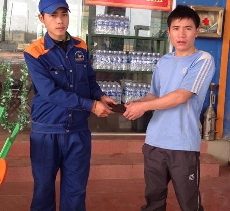Anh Thân Quốc Phương, nhân viên Trạm Xăng dầu Minh Phương cũng đã nhặt được và trả lại 15 triệu đồng cho một người dân bị đánh rơi