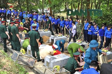 Truy điệu, an táng 19 hài cốt liệt sỹ hy sinh tại Lào - 9