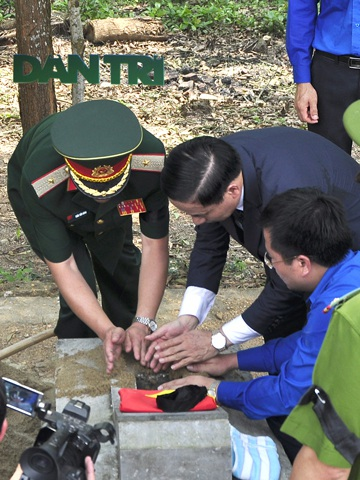 Đồng chí Lê Đình Sơn, UVTW Đảng, Bí thư tỉnh ủy Hà Tĩnh bỏ nắm đất an táng liệt sỹ tại Nghĩa trang liệt sỹ Nầm.