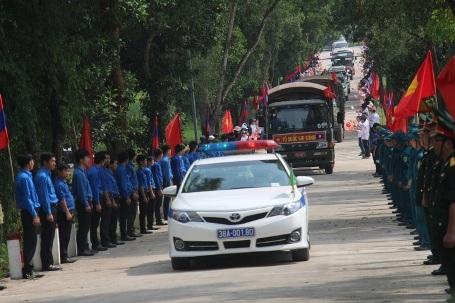 Đoàn xe chở hài cốt các liệt sỹ, chuyên gia Việt Nam hy sinh tại đất nước Lào về an táng tại Nghĩa trang liệt sỹ Nầm
