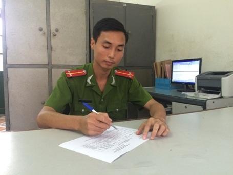 Cán bộ Trại tạm giam Công an tỉnh đang bổ sung danh sách cử tri