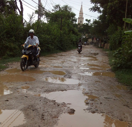 Chỉ một trận mưa nhỏ, con đường trở nên lầy lội như thế này