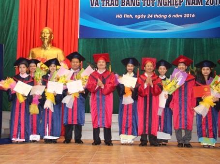 Bộ trưởng Bộ GD&ĐT cùng lãnh đạo tỉnh Hà Tĩnh trao bằng tốt nghiệp cho những sinh viên xuất sắc
