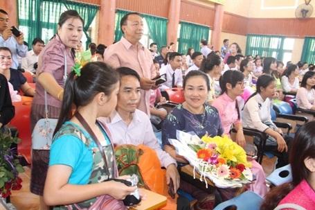 Nhiều gia đình người Lào có con em đang theo học tại Trường ĐH Hà Tĩnh cũng đã có mặt để chứng kiến và chúc mừng con em của họ đón nhận bằng tốt nghiệp