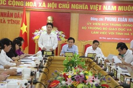 Chủ tịch UBND tỉnh Hà Tĩnh Đặng Quốc Khánh báo cáo kết quả đạt được của Hà Tĩnh trong những năm vừa qua