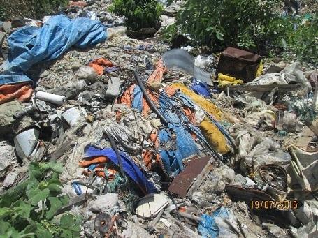 Đủ các loại rác chất đống khắp nơi.