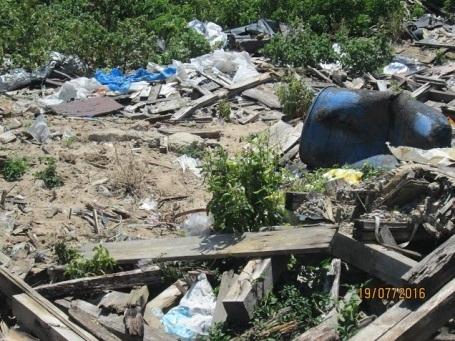 Nhiều chiếc thùng phuy ghi chữ Trung Quốc tại bãi rác.