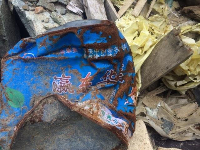 Nhiều loại rác có các dòng chữ Trung Quốc nghi được chở ra từ Formosa.