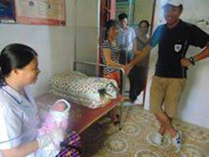 Cháu bé đang được chăm sóc tại Trạm Y tế xã Sơn Giang