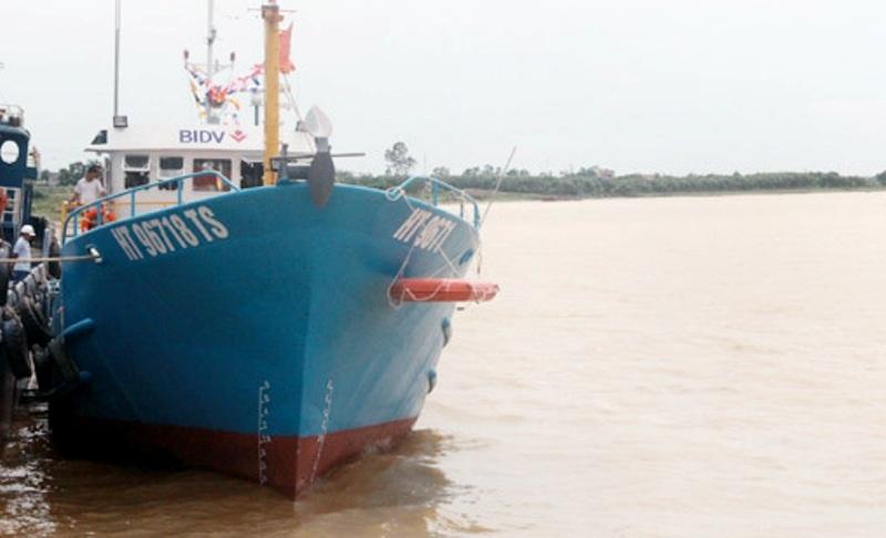 Chiếc tàu vỏ thép thứ hai vừa được hạ thủy và bàn giao cho ngư dân Nguyễn Đức Huy