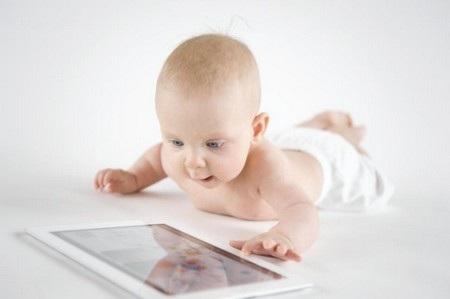 """Trẻ em có thể """"nghiện"""" và chìm đắm vào những nội dung đa dạng trên smartphone, máy tính bảng"""