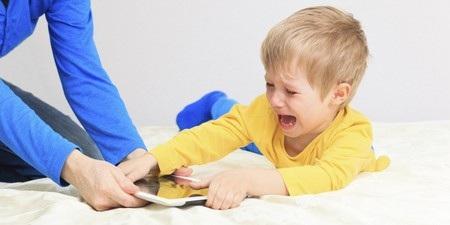 """Trẻ có thể cáu giận, khóc lóc và """"ăn vạ"""" nếu không được sử dụng smartphone hay máy tính bảng"""