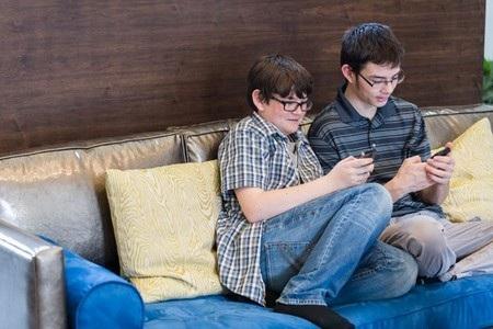 Quá ham sử dụng smartphone sẽ khiến trẻ quên đi các vận động về thể chất