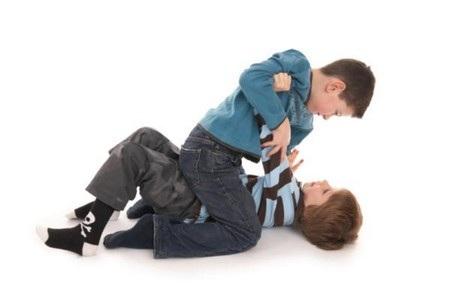 Các trò chơi, video bạo lực mà trẻ tiếp xúc qua smartphone có thể khiến chúng trở nên hung hăng và bạo lực hơn