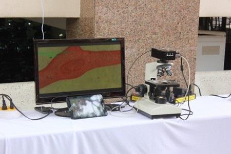 Nội dung trên kính hiển vi sẽ được hiển thị ra các thiết bị bên ngoài như màn hình, máy tính bảng...
