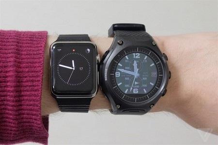 WSD-F10 có phong cách mạnh mẽ hơn hẳn khi đặt cạnh Apple Watch (trái)