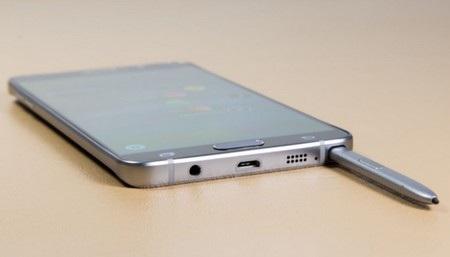 Cắm S-Pen trên Galaxy Note 5 có thể khiến cây bút bị mắc kẹt mà không thể rút ra được