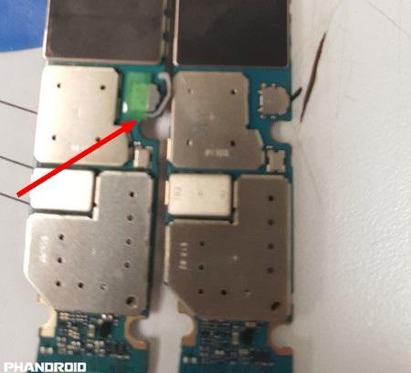 Board mạch chủ của Galaxy Note 5 trước đây (phải) và có sự cải tiến ở board mạch mới, trong đó có thêm một lẫy nhỏ để đẩy S-Pen ra khi người dùng vô tình cắm ngược