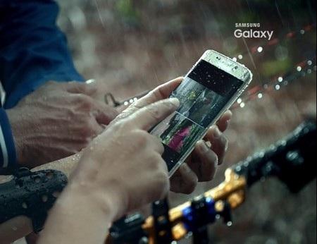 Chi tiết trong đoạn clip bị lộ cho thấy Galaxy S7 Edge được trang bị chức năng chống nước
