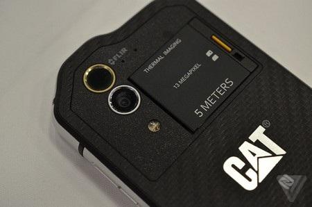 Hệ thống 2 camera, gồm một camera thông thường và một camera cảm biến nhiệt độ ở mặt sau của sản phẩm