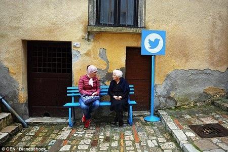 Chiếc ghế dài nơi mọi người ngồi nói chuyện được ví như mạng xã hội Twitter, nơi mọi người tán gẫu trên Internet