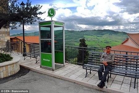 Bốt điện thoại công cộng được ví như ứng dụng WhatsApp, khi cho phép người dùng có thể liên hệ với nhau