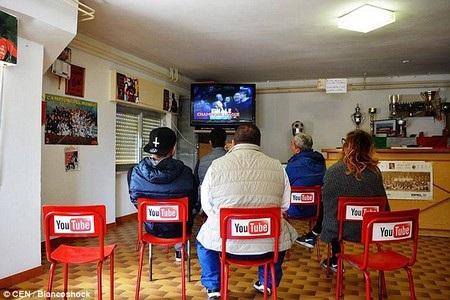Những chiếc ghế ngồi dùng để xem tivi tại một quán bar được gắn với logo Youtube, khi chúng có chức năng tương tự như trang web Youtube, giúp người dùng có thể xem video