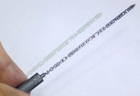 Bảng chữ cái được điêu khắc trên ruột viết chì với kích thước chỉ 0,9mm