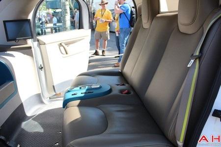 Bên trong xe đủ chỗ cho 2 người ngồi