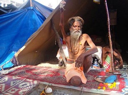 Ông Amar đưa tay phải lên trời từ năm 1973 và giữ nguyên tư thế này từ đó cho đến nay